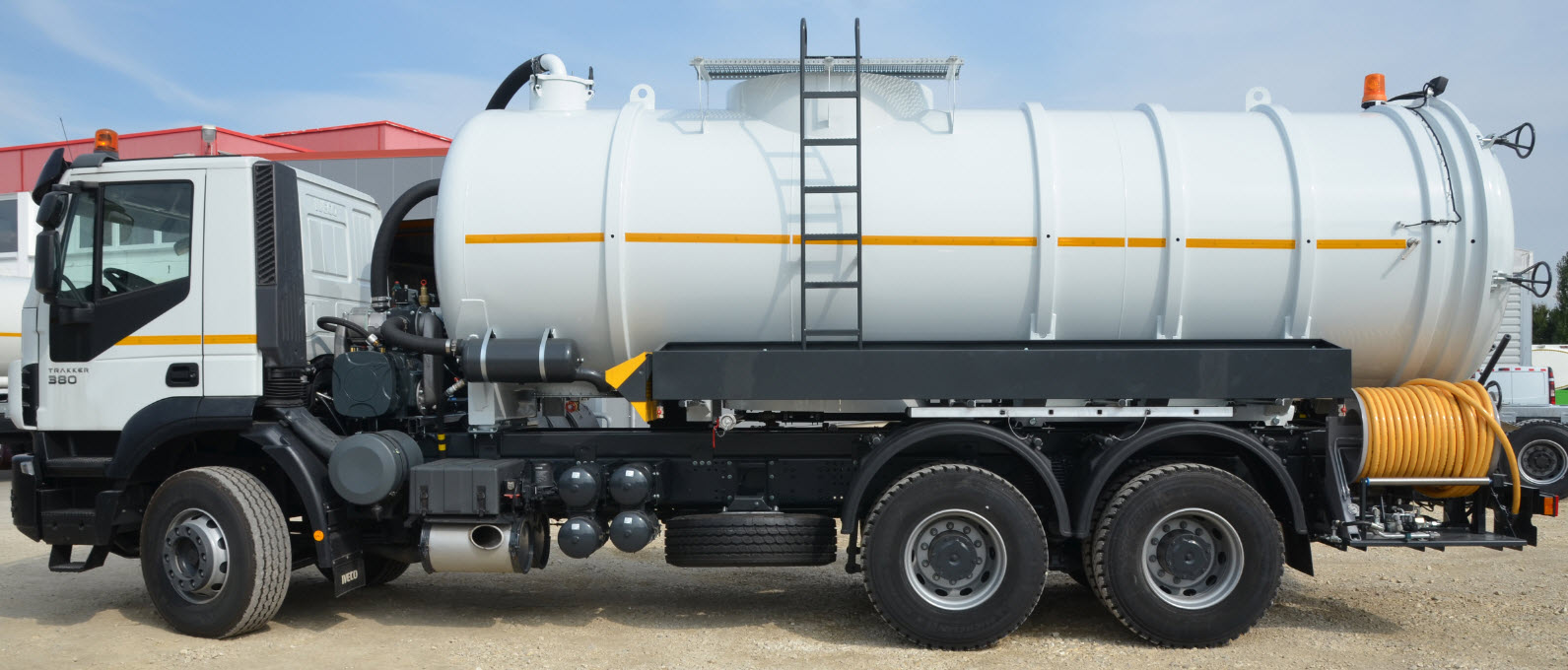 Vacuum–Jetting-Flushing combination trucks for road sewer flushing and cleaning. General high-pressure cleaning operation and safe transport of mud and sewage water. Made in Germany, Europe.