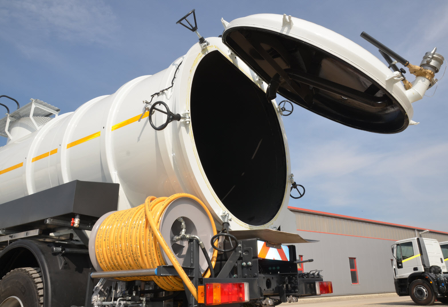 Vacuum Tank Truck units and Vacuum–Jetting-Flushing Combination Trucks can be executed with a manhole (D=600 mm) or with full rear opening, hinged at the top of tank body. Hydraulically operated. Made in Germany, Europe.